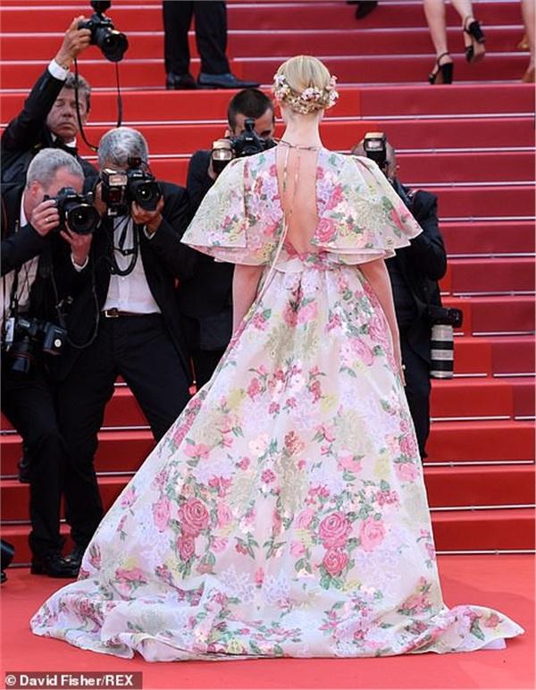 Xuất hiện trong ngày thứ 2, người đẹp diện chiếc đầm hoa với màu sắc nhẹ nhàng. Chi tiết cắt xẻ trước ngực và sau lưng mang đến vẻ gợi cảm cho Elle Fanning.