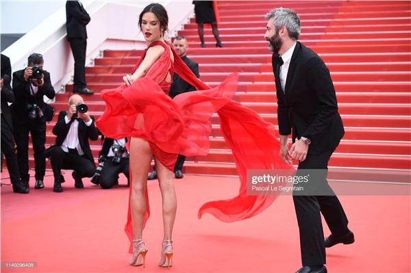 Tuy nhiên, cũng chính vì thiết kế này có đường xẻ cao vút khiến cho người đẹp xémbị lộ nội y trên thảm đỏ.