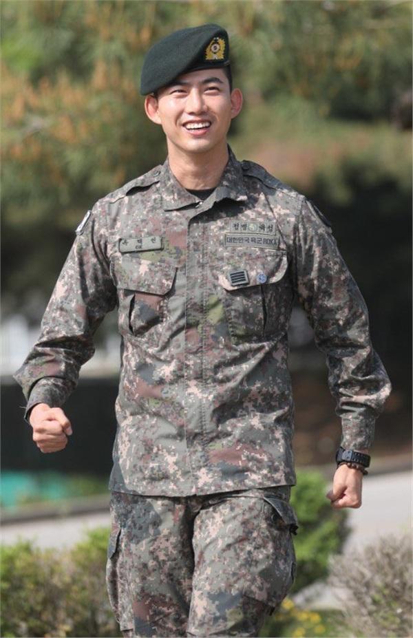 'Đội trưởng Hàn Quốc' Ok Taecyeon (2PM) chính thức xuất ngũ sau gần 2 năm thực hiện nghĩa vụ quân sự 0