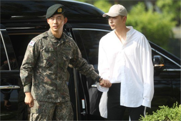 'Đội trưởng Hàn Quốc' Ok Taecyeon (2PM) chính thức xuất ngũ sau gần 2 năm thực hiện nghĩa vụ quân sự 1