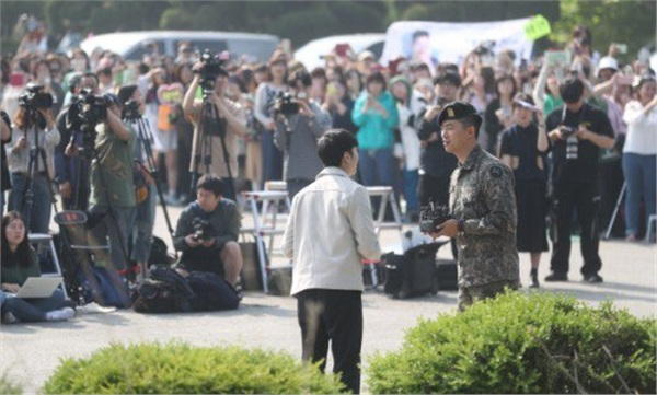 'Đội trưởng Hàn Quốc' Ok Taecyeon (2PM) chính thức xuất ngũ sau gần 2 năm thực hiện nghĩa vụ quân sự 2