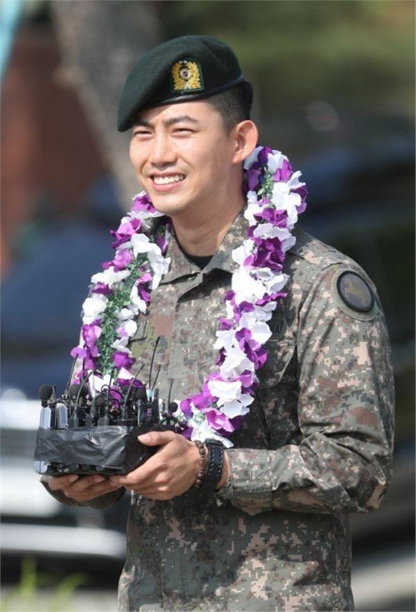 'Đội trưởng Hàn Quốc' Ok Taecyeon (2PM) chính thức xuất ngũ sau gần 2 năm thực hiện nghĩa vụ quân sự 3