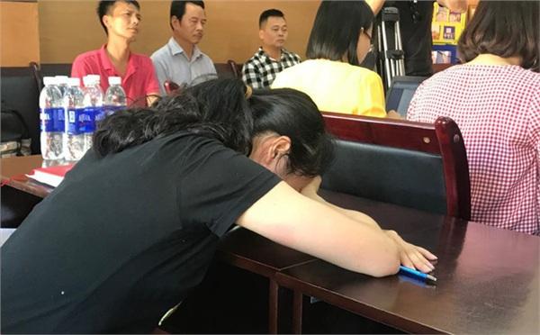 Nữ giáo viên Thu Trang gục xuống mặt bàn khóc trong buổi làm việc với các cơ quan chức năng và gia đình em Đ.G. chiều 16/5