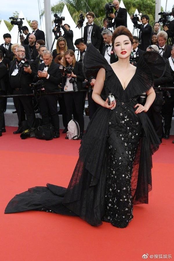 Hay bộ cánh màu đen được thiết kế rối mắt, phức tạp được một nữ 'diễn viên' vô danh diện tại LHP Cannes