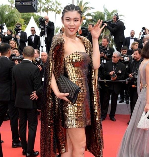 Nhiều người còn đùa rằng bộ cánh của cô gái này nên diện tại Met Gala 2019 thay vì LHP Cannes
