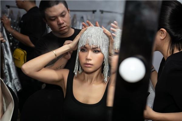 Mái tóc được khéo léo thiết kế cùnggam màu tạo hiệu ứng thị giác như màu bạc.