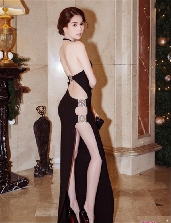 Thậm chí, bộ trang phục này còn khiến người đẹp bị cơ quan chức năng 'sờ gáy'. Tuy nhiên Ngọc Trinh không hề cảm thấy chiếc đầm trị giá hơn 25 triệu này có gì phản cảm.