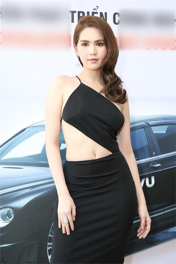 Không phải đến Cannes mới 'hở bạo' đâu, Ngọc Trinh có cả một bộ sưu tập những chiếc váy còn nóng hơn thời tiết Hà Nội đây này! 8