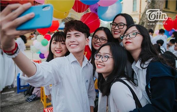 Các bạn teen THPT Chu Văn An đã có mặt từ rất sớm để chuẩn bị cho lễ bế giảng.