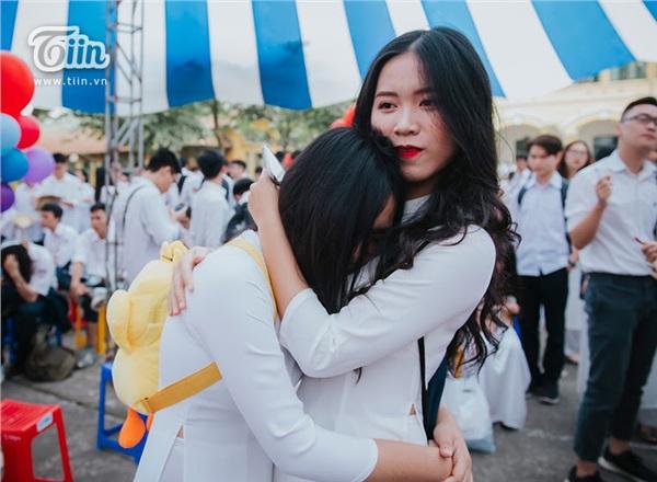Khoảnh khắc lễ bế giảng của các teen Hà Thành: Nghẹn ngào giây phút chia tay, ôm nhau khóc nức nở 1
