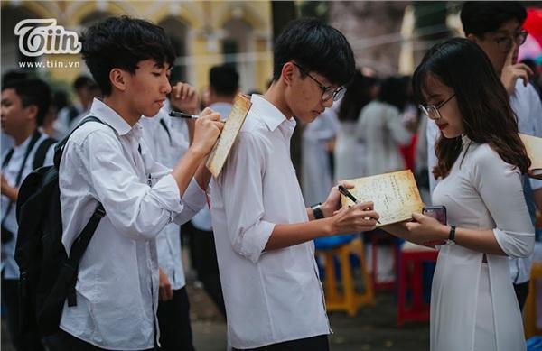 Các bạn tay trao tay những dòng chữ viết nắn nót, cẩn thận gửi gắm biết bao điềumuốn nói.