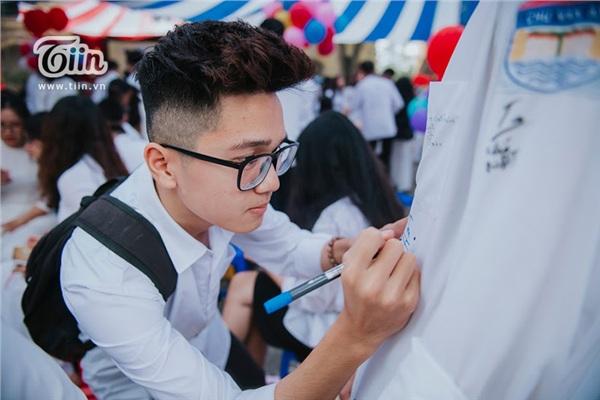 Khoảnh khắc lễ bế giảng của các teen Hà Thành: Nghẹn ngào giây phút chia tay, ôm nhau khóc nức nở 12