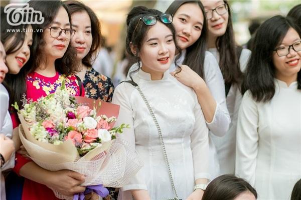 Cô bạn Nguyễn Hoàng Yến 12D3-THPT Phan Đình Phùng rạng rỡ trong ngày lễ bế giảng.
