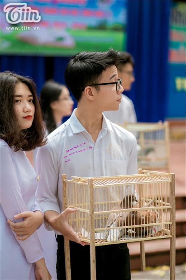 Khối 12 của THPT Phan Đình Phùng có 15 lớp, mỗi lớp đều được cử đại diện lên để thả chim bồ câu.