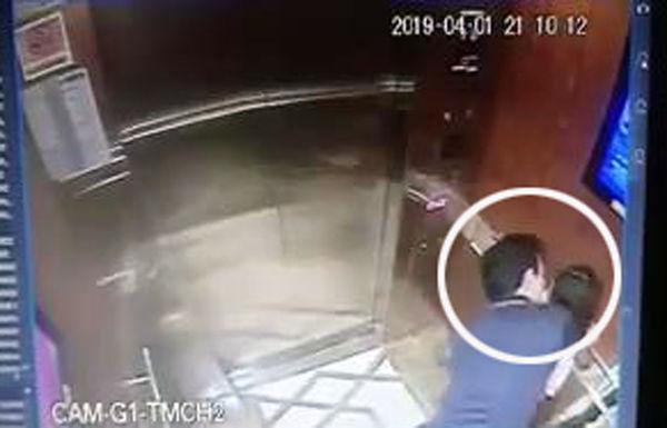 Hành động của ông Linh trong thang máy.