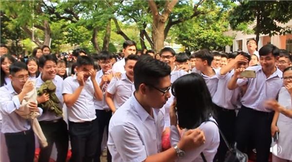 Tranh thủ ngay còn kịp: Nam sinh lớp 12 tỏ tình với crush giữa sân trường ngày bế giảng 1