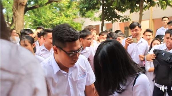 Tranh thủ ngay còn kịp: Nam sinh lớp 12 tỏ tình với crush giữa sân trường ngày bế giảng 2