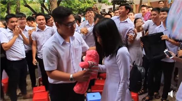 Tranh thủ ngay còn kịp: Nam sinh lớp 12 tỏ tình với crush giữa sân trường ngày bế giảng 3