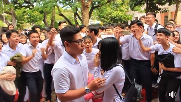 Tranh thủ ngay còn kịp: Nam sinh lớp 12 tỏ tình với crush giữa sân trường ngày bế giảng 4
