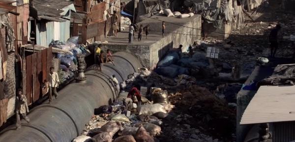 Cuộc sống nghèo nàn, khốn khó của các thành viên trong nhóm nhảy tại khu ổ chuột. (Ảnh cắt từ clip)