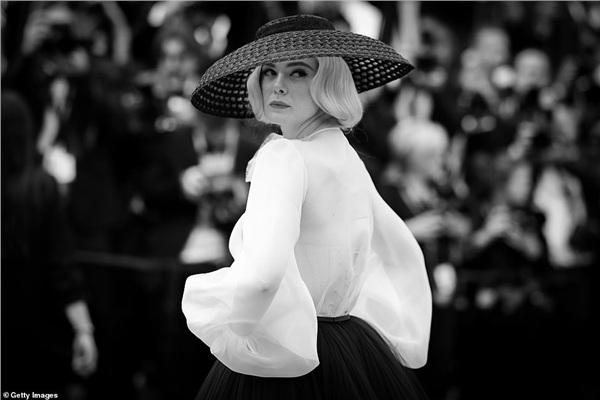 Elle Fanning được bình chọn là một trong những minh tinh mặc đẹp nhất Cannes năm nay. Ở tuổi 21, Elle Fanning mang tới hình ảnh cổ điển, quý phái. Nữ diễn viên ghi điểm một cách thuyết phục trong buổi ra mắt phim Once Upon A Time In Hollywood.