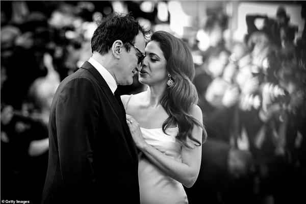 Đạo diễn lừng danh Quentin Tarantino thể hiện tình cảm cùng vợ mới cưới trên thảm đỏ Cannes 2019.