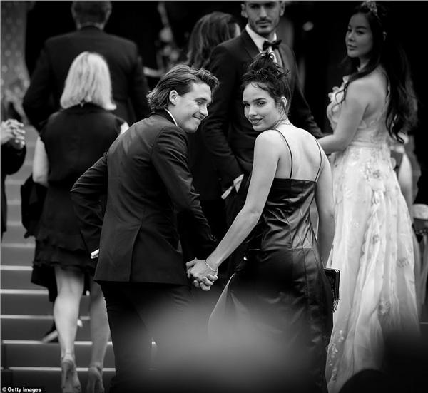 Cậu cả nhà Beckham, Brooklyn Beckham tham dự liên hoan phim cùng bạn gái người mẫu Hana Cross. Cặp đôi cùng chia sẻ khoảnh khắc 'tình bể bình' trên thảm đỏ.