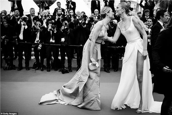 Đôi bạn người mẫu Petra Nemcova và Toni Garrn tinh nghịch 'bông đùa' khi gặp nhau tại sự kiện điện ảnh đình đám.