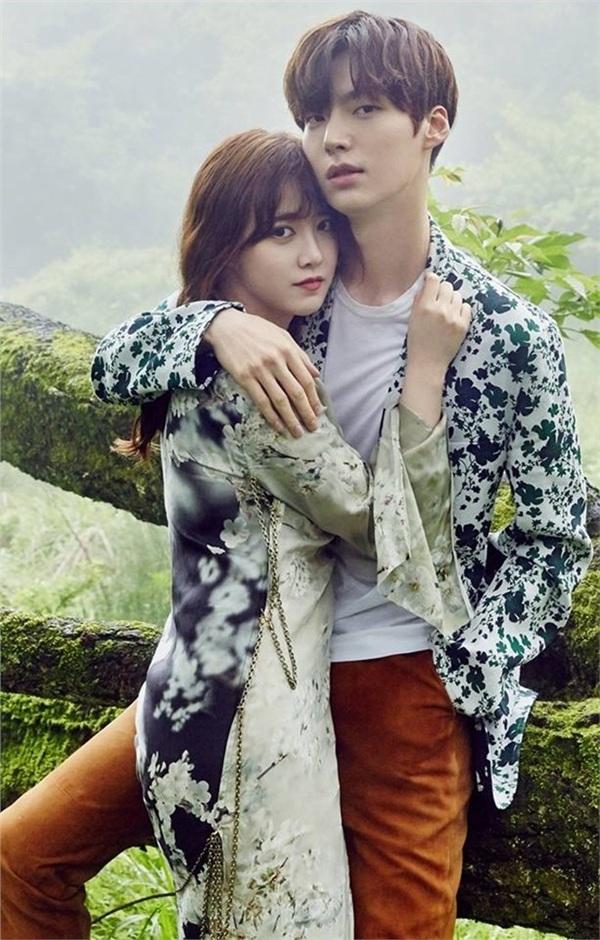 Vào ngày 21/5/2016, Ahn Jae Hyun vànữ diễn viên Goo Hye-sun đã về chung một nhà. 'Nàng cỏ' bắt đầu đẩy mạnh 'công cuộc' cải tạo ngoại hình chồng.