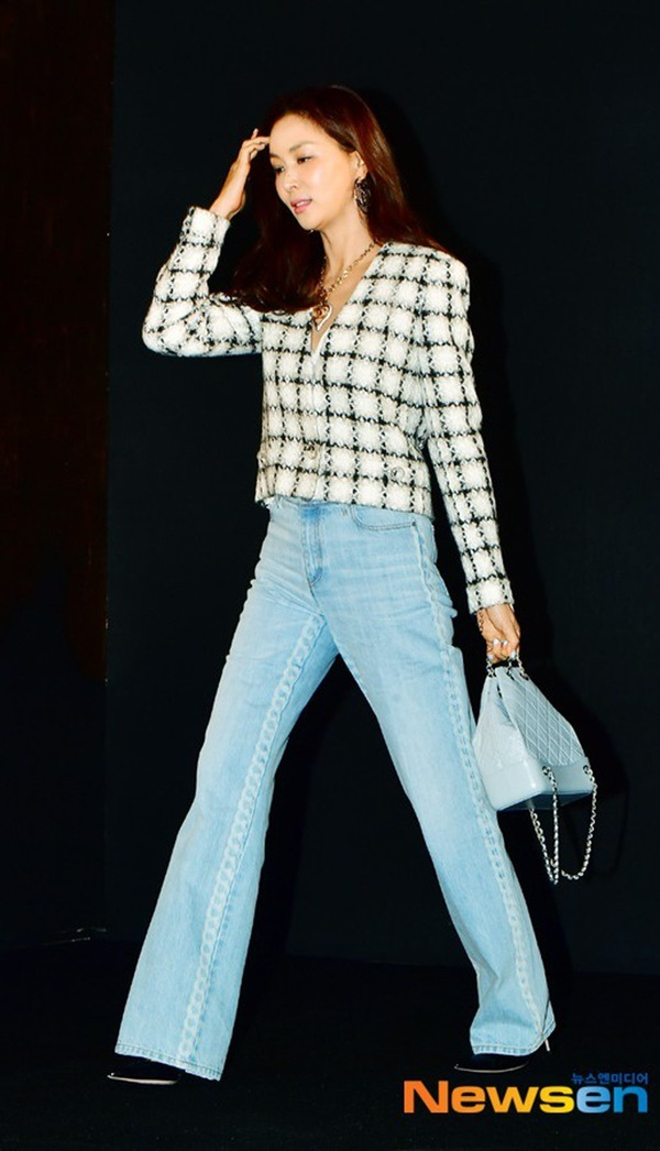 Bà xã Jang Dong Gun - Go So Young tưởng chừng là nhân vật ít được chú ý nhưng ngược lại, gu thời trang của cô lại được công chúng ghi nhận tích cực. Nhất là cách phối đồ được đánh giá là mang chất Chanel nhất. Thanh lịch, đơn giản nhưng lại vô cùng sang trọng, quý phái