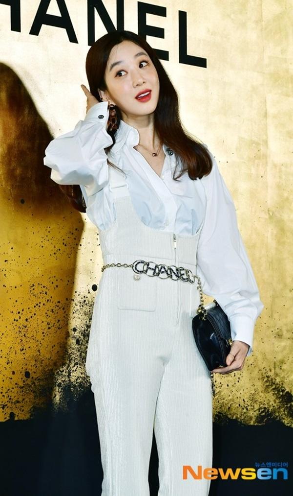 Nữ diễn viênJung Ryeo Woncũng được khen ngợi không ngớt với bộ trang phục tinh tế