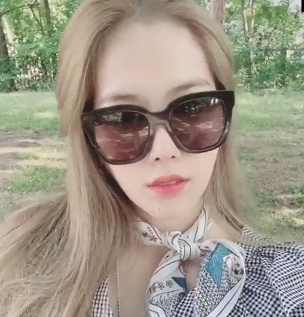 Nam Em với mái tóc nhuộm bạch kim khiến netizen bất ngờ cách đây không lâu.