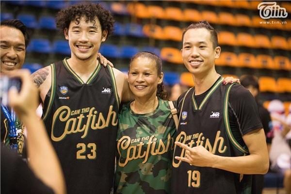 Ba mẹ con chụp ảnh sau khi trận đấu kết thúc