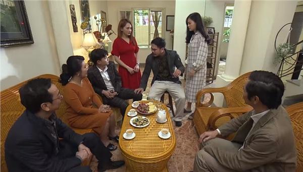 Khải say rượu, làm mất mặt gia đình ông Sơn trong buổi bàn chuyện cưới xin của Thư ( Bảo Thanh)và Vũ (Quốc Trường).
