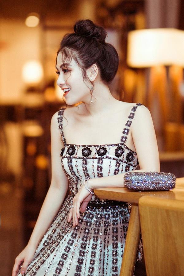 Sau khi lên ngôi Hoa hậu áo dài 2019, dễ dàng nhận thấy Tuyết Nga đã có rất nhiều đổi thay tích cực. Cô chú trọng hơn tới hình ảnh mỗi khi xuất hiện, liên tục thay đổi, làm mới phong cách của mình, tạo ấn tượng tích cực đối với người hâm mộ.