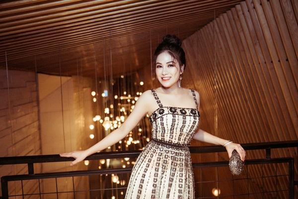 Đặc biệt hơn, dù có thử nghiệm phong cách thời trang nào đi nữa thì Tuyết Nga cũng luôn ý thức giữ gìn sự dịu dàng, kín đáo và nền nã, thứ biểu trưng của danh hiệu Hoa hậu áo dài cô đang sở hữu.