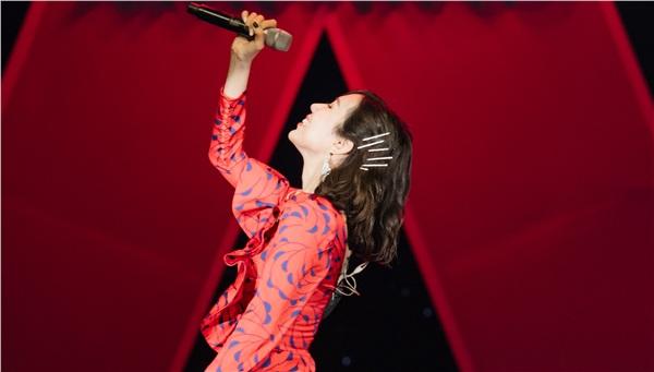 Giây phút Min lên highnote mượt mà, theo sau đó là tiếng cổ vũ của khán giả khiến không khí của đêm nhạc càng dâng cao.