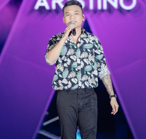 Bên cạnh hai ca khúc remix trên, Khắc Việt cũng không quên biểu diễn bài hát gắn liền với thời hoàng kim trong sự nghiệp của mình -Yêu lại từ đầu.