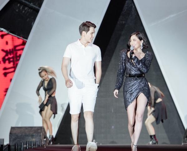 Giây phút Bích Phương 'liếc mắt đưa tình' với chàng người mẫu điển trai bên cạnh khiến người hâm mộ không khỏi 'rụng tim'.