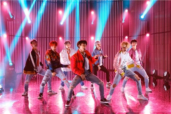 Trong đó, BTS tuy thường được xem như 'nhóm nhạc không có hit quốc dân' nhưng lại ghi điểm ấn tượng với 3 bài hit nổi tiếng đều lọt Top 10 'bám trụ' bảng xếp hạng Melon lâu nhất mọi thời đại vớiSpring Day(No.1),DNA(No.4) vàBlood, Sweat & Tears(No.5).