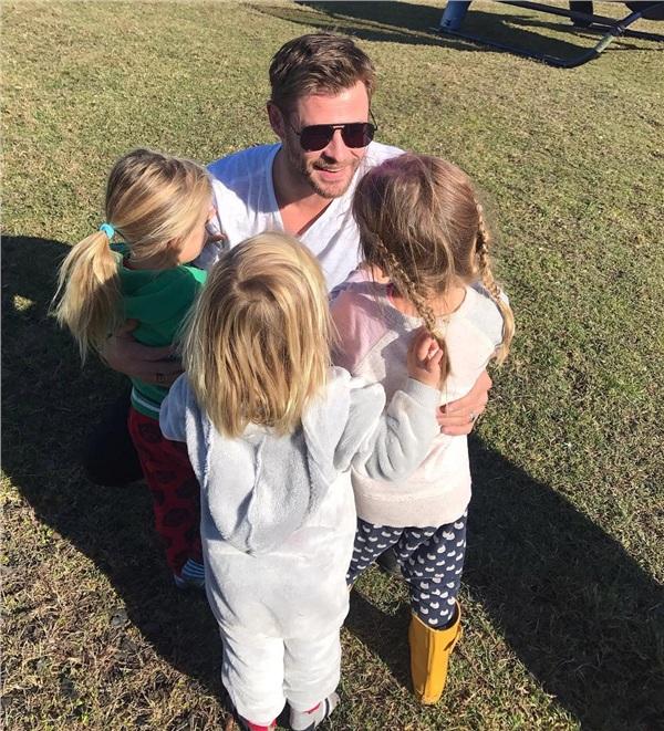 Ba đứa con của Chris.