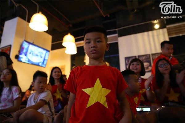 CĐV Hà Nội kéo nhau đến quán cafe của Tư Dũng cổ vũ đội tuyển Việt Nam 0