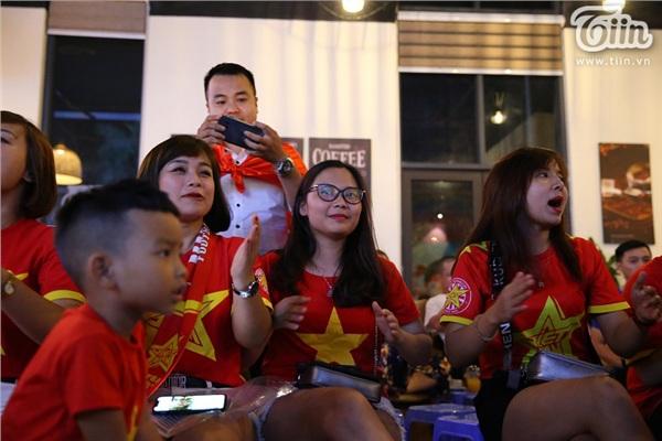 CĐV Hà Nội kéo nhau đến quán cafe của Tư Dũng cổ vũ đội tuyển Việt Nam 1