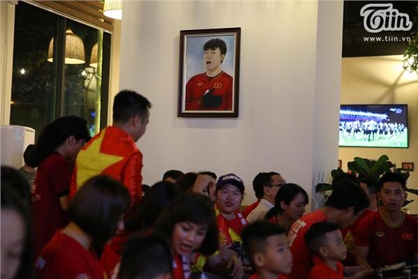 CĐV Hà Nội kéo nhau đến quán cafe của Tư Dũng cổ vũ đội tuyển Việt Nam 4
