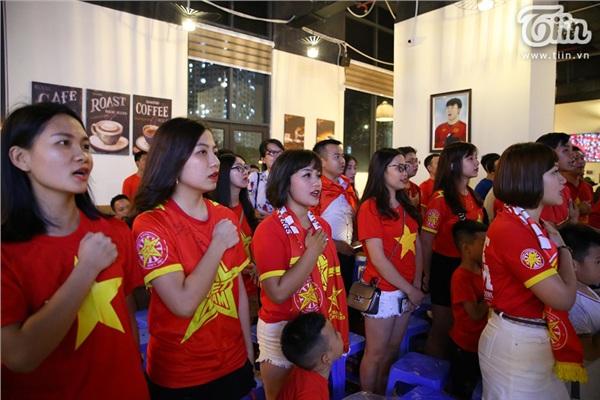 CĐV Hà Nội kéo nhau đến quán cafe của Tư Dũng cổ vũ đội tuyển Việt Nam 6