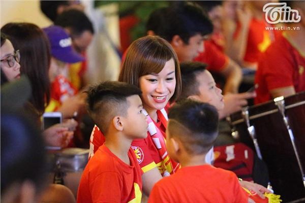 CĐV Hà Nội kéo nhau đến quán cafe của Tư Dũng cổ vũ đội tuyển Việt Nam 7