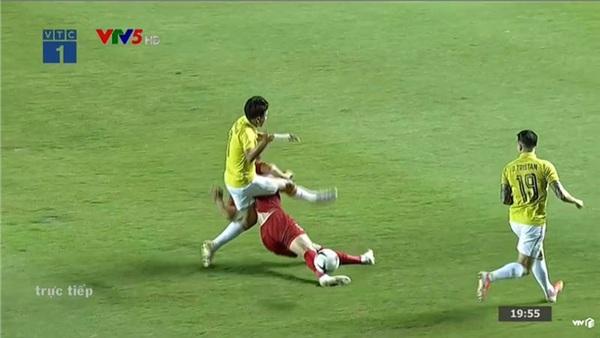 Trận đấu mới phút thứ 9, Văn Hậu đã 'lãnh đòn' của cầu thủ Thái Lan khiến dân mạng xót xa 0