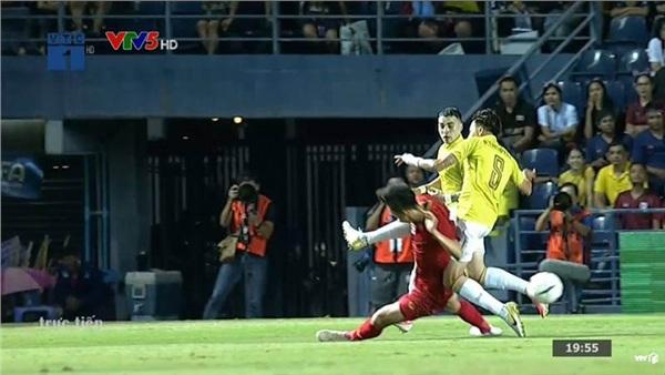 Trận đấu mới phút thứ 9, Văn Hậu đã 'lãnh đòn' của cầu thủ Thái Lan khiến dân mạng xót xa 1