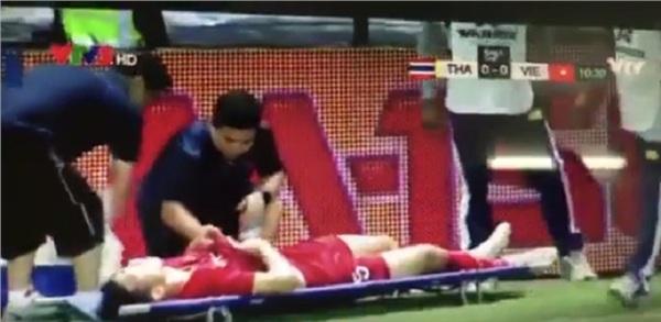 Cầu thủ Thái Lan có cú va chạm mạnh với Văn Hậu khiến hậu vệ tuyển Việt Nam phải nằm sân.