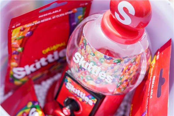 Soi kĩ bên trong phần thưởng đặc biệt của Skittles với tháp vặn kẹo phiên bản giới hạn và những gói kẹo cầu vồng chua ngọt ăn vừa vui vừa ngon.